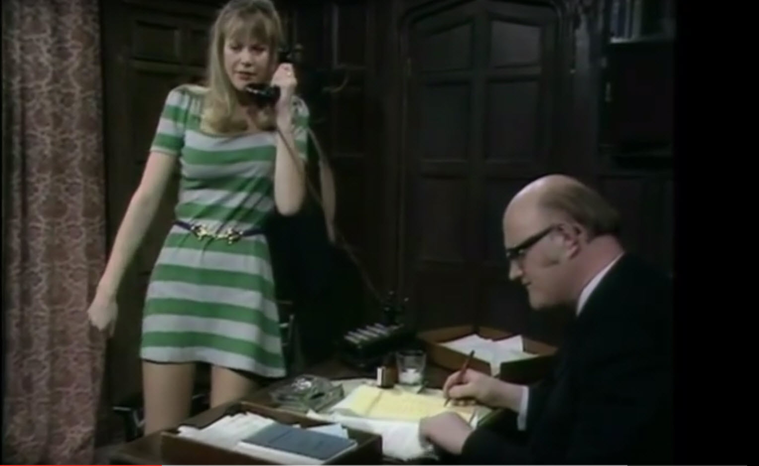 Mr. Rumbold druk aan het werk in 'Are you being served?'
